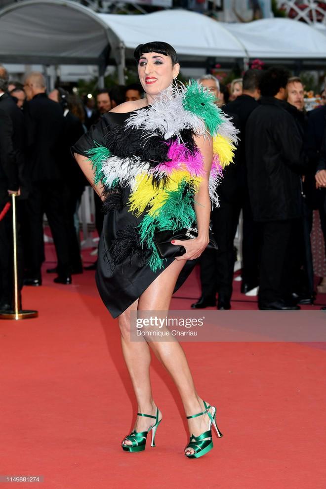 Ngày 4 Cannes: Bella Hadid diễn sâu hết cỡ bên Hoa hậu Thế giới trội nhất thảm đỏ, Thánh lố hoa lá hẹ xuất hiện - ảnh 23