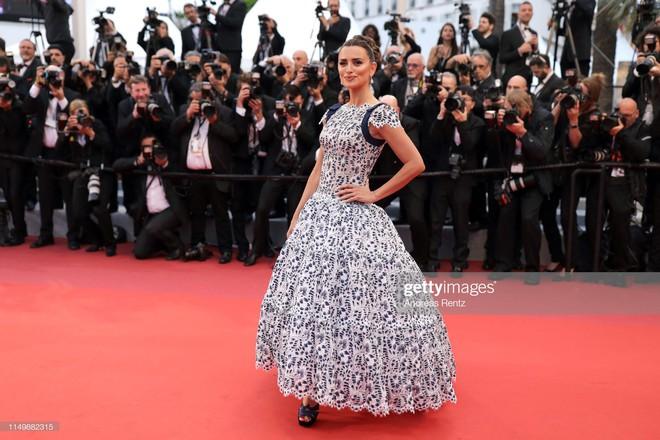 Ngày 4 Cannes: Bella Hadid diễn sâu hết cỡ bên Hoa hậu Thế giới trội nhất thảm đỏ, Thánh lố hoa lá hẹ xuất hiện - ảnh 33