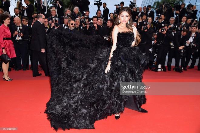 Ngày 4 Cannes: Bella Hadid diễn sâu hết cỡ bên Hoa hậu Thế giới trội nhất thảm đỏ, Thánh lố hoa lá hẹ xuất hiện - ảnh 9