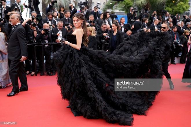 Ngày 4 Cannes: Bella Hadid diễn sâu hết cỡ bên Hoa hậu Thế giới trội nhất thảm đỏ, Thánh lố hoa lá hẹ xuất hiện - ảnh 11
