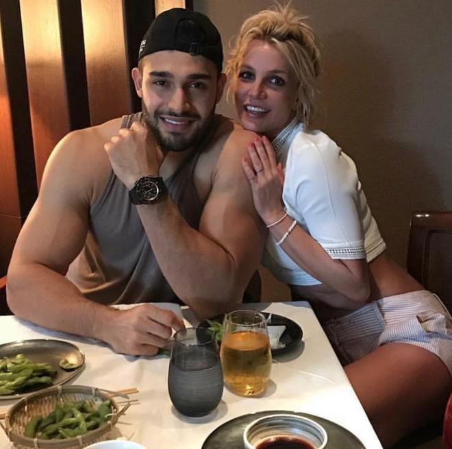 Lần đầu lộ diện sau tin đồn giải nghệ, Britney Spears lộ biểu cảm đáng chú ý bên bạn trai kém tận 12 tuổi - ảnh 4
