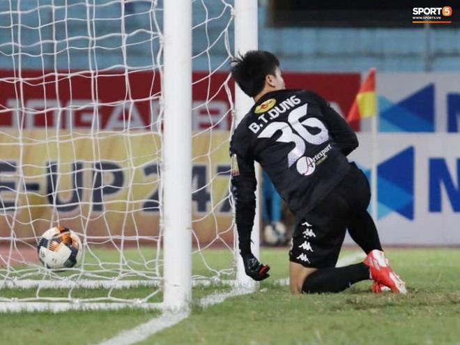 Tiến Dũng bắt bài sai hướng, phải trả giá trong lần đầu bắt chính cho Hà Nội FC - Ảnh 4.