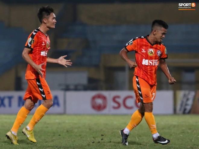 Tiến Dũng bắt bài sai hướng, phải trả giá trong lần đầu bắt chính cho Hà Nội FC - Ảnh 5.