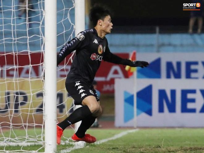 Tiến Dũng bắt bài sai hướng, phải trả giá trong lần đầu bắt chính cho Hà Nội FC - Ảnh 2.
