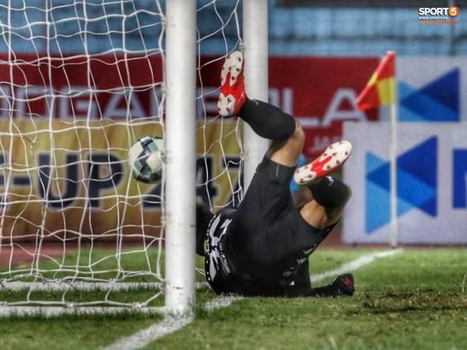Tiến Dũng bắt bài sai hướng, phải trả giá trong lần đầu bắt chính cho Hà Nội FC - Ảnh 3.