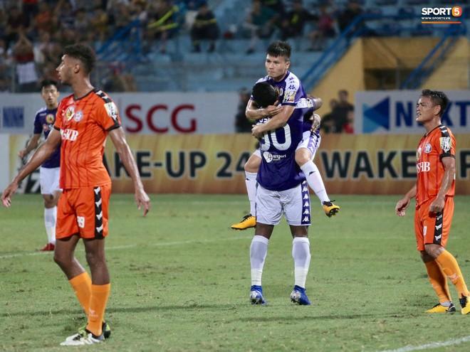 Tiến Dũng bắt bài sai hướng, phải trả giá trong lần đầu bắt chính cho Hà Nội FC - Ảnh 9.