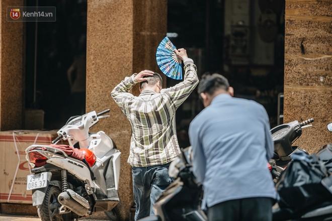 Người lao động ở Hà Nội vật vã chống chọi với nắng nóng trên 40 độ C, chỉ mong trời dịu mát phần nào - Ảnh 5.