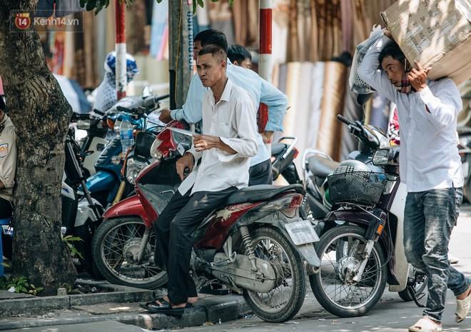 Người lao động ở Hà Nội vật vã chống chọi với nắng nóng trên 40 độ C, chỉ mong trời dịu mát phần nào - Ảnh 4.