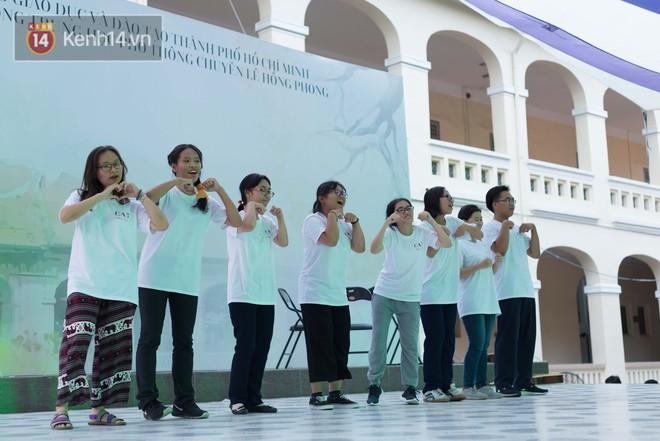 Đêm ra trường chuyên Lê Hồng Phong: Còn hơn những giọt nước mắt chính là cùng cười, cùng vui bên nhau đêm cuối - ảnh 7