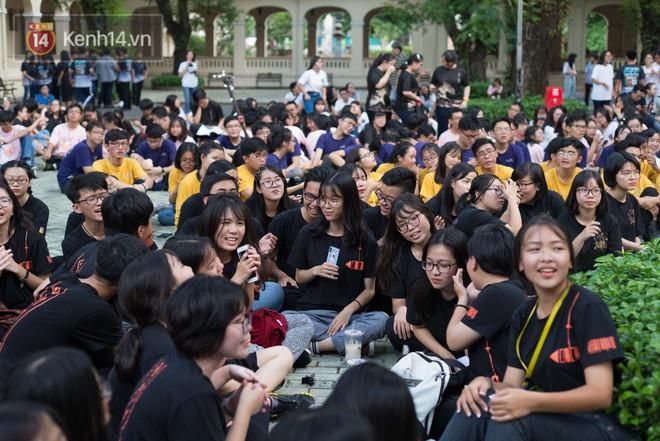 Đêm ra trường chuyên Lê Hồng Phong: Còn hơn những giọt nước mắt chính là cùng cười, cùng vui bên nhau đêm cuối - ảnh 2