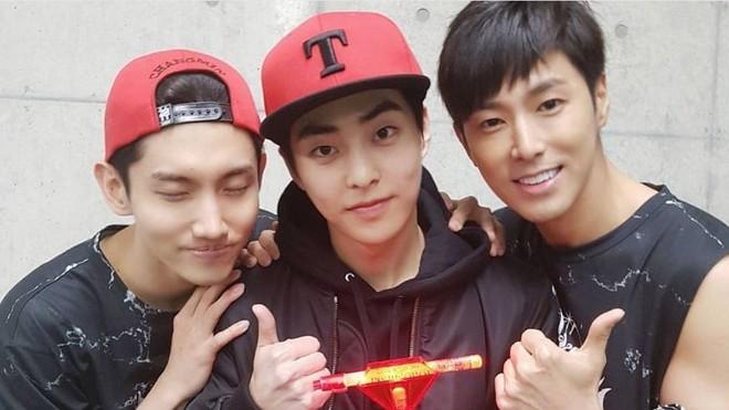 Hội fanboy và fangirl Kpop thành công nhất hệ mặt trời: Cuối cùng cũng được trở thành đồng nghiệp với idol! - Ảnh 3.