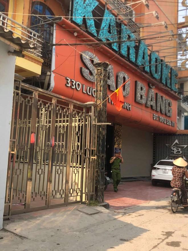Nam Định: Nổ súng trước cửa quán karaoke khiến 1 người chết, 2 người bị thương - Ảnh 1.