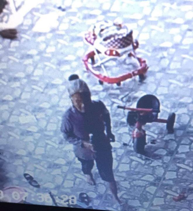 Lắp camera theo dõi bất ngờ phát hiện hàng xóm mang chai nước lạ vào nhà, kiểm tra giếng thấy nước đổi màu - ảnh 2