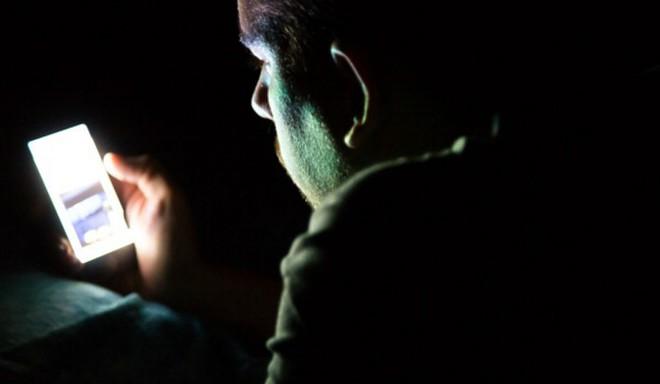 Chàng trai 26 tuổi có sỏi trong mắt vì thói quen về đêm mà nhiều người trẻ mắc phải - ảnh 1