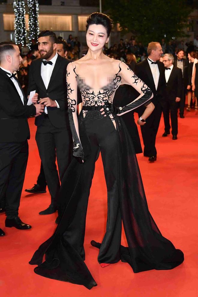 Nhìn lại tuyển tập trang phục trắc nết nhất Cannes, cuối cùng cũng tìm ra đối thủ xứng tầm với Ngọc Trinh - ảnh 4