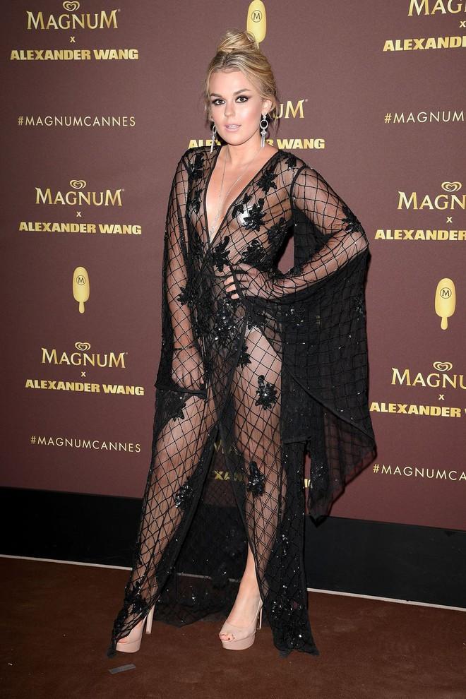 Nhìn lại tuyển tập trang phục trắc nết nhất Cannes, cuối cùng cũng tìm ra đối thủ xứng tầm với Ngọc Trinh - ảnh 15