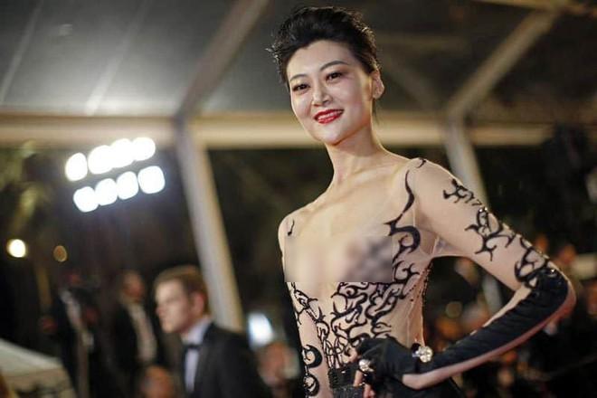 Nhìn lại tuyển tập trang phục trắc nết nhất Cannes, cuối cùng cũng tìm ra đối thủ xứng tầm với Ngọc Trinh - ảnh 5
