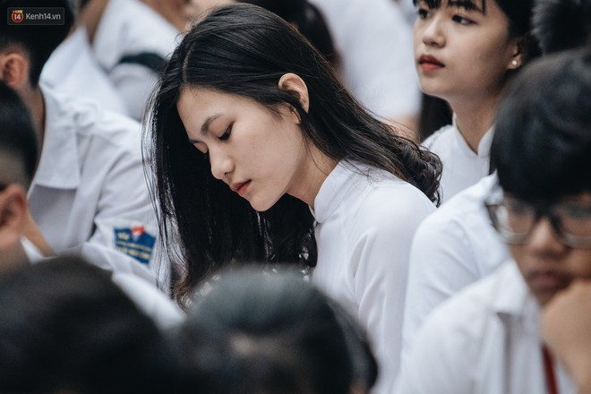 Mặc áo dài trắng đội mưa dự lễ bế giảng, dàn nữ sinh ngôi trường này gây thương nhớ vì quá xinh xắn - ảnh 1