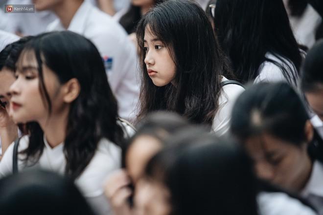 Mặc áo dài trắng đội mưa dự lễ bế giảng, dàn nữ sinh ngôi trường này gây thương nhớ vì quá xinh xắn - ảnh 7