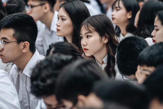 Mặc áo dài trắng đội mưa dự lễ bế giảng, dàn nữ sinh ngôi trường này gây thương nhớ vì quá xinh xắn - ảnh 8