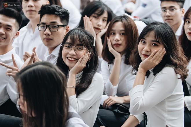Mặc áo dài trắng đội mưa dự lễ bế giảng, dàn nữ sinh ngôi trường này gây thương nhớ vì quá xinh xắn - ảnh 9