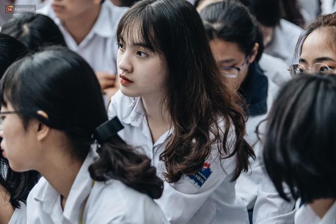 Mặc áo dài trắng đội mưa dự lễ bế giảng, dàn nữ sinh ngôi trường này gây thương nhớ vì quá xinh xắn - ảnh 2