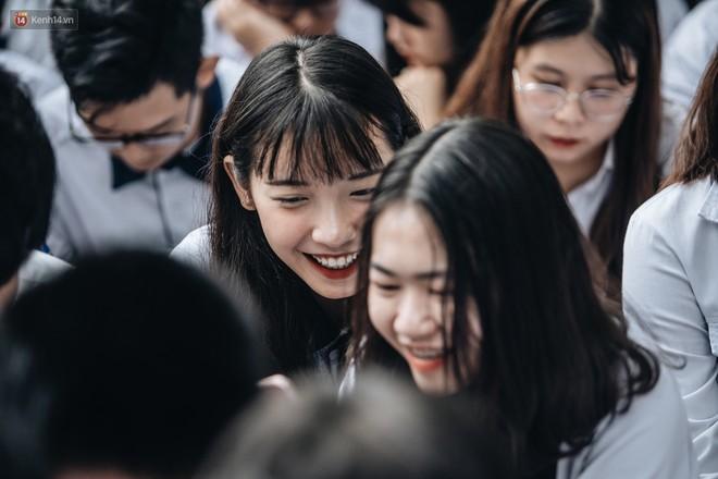 Mặc áo dài trắng đội mưa dự lễ bế giảng, dàn nữ sinh ngôi trường này gây thương nhớ vì quá xinh xắn - ảnh 4