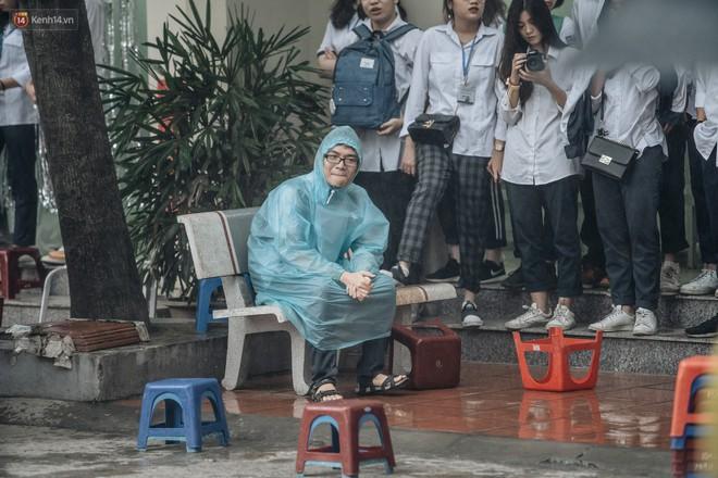 Bức ảnh nam sinh chịu ướt lấy tay che mưa cho bạn gái trong lễ bế giảng khiến dân mạng tan chảy vì quá dễ thương - ảnh 3
