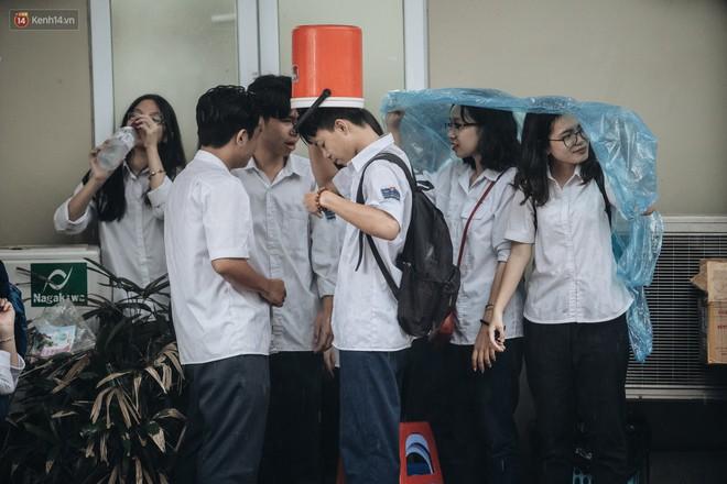 Mặc áo dài trắng đội mưa dự lễ bế giảng, dàn nữ sinh ngôi trường này gây thương nhớ vì quá xinh xắn - ảnh 17