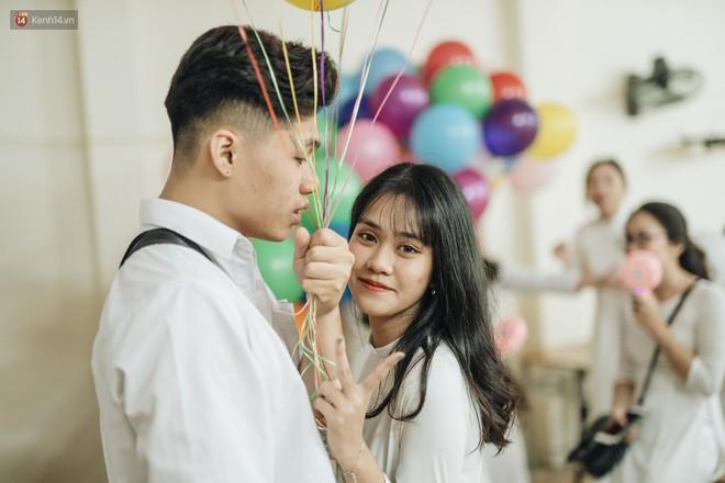 Bức ảnh nam sinh chịu ướt lấy tay che mưa cho bạn gái trong lễ bế giảng khiến dân mạng tan chảy vì quá dễ thương - ảnh 2