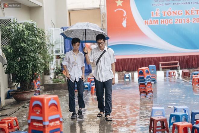 Bức ảnh nam sinh chịu ướt lấy tay che mưa cho bạn gái trong lễ bế giảng khiến dân mạng tan chảy vì quá dễ thương - ảnh 5