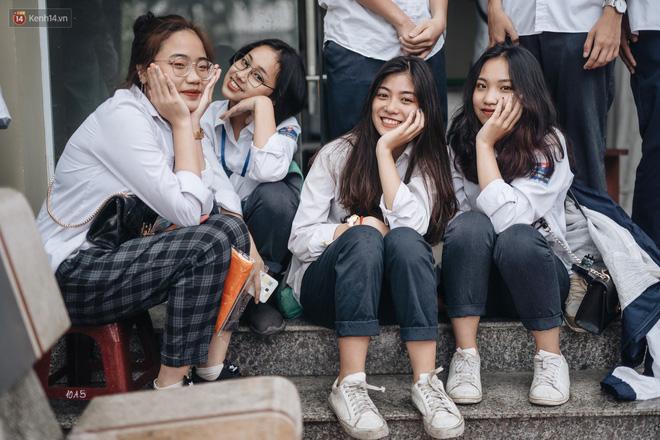 Mặc áo dài trắng đội mưa dự lễ bế giảng, dàn nữ sinh ngôi trường này gây thương nhớ vì quá xinh xắn - ảnh 19