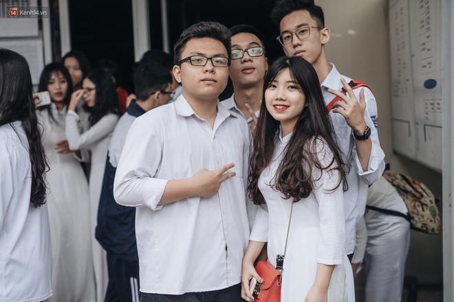 Mặc áo dài trắng đội mưa dự lễ bế giảng, dàn nữ sinh ngôi trường này gây thương nhớ vì quá xinh xắn - ảnh 21