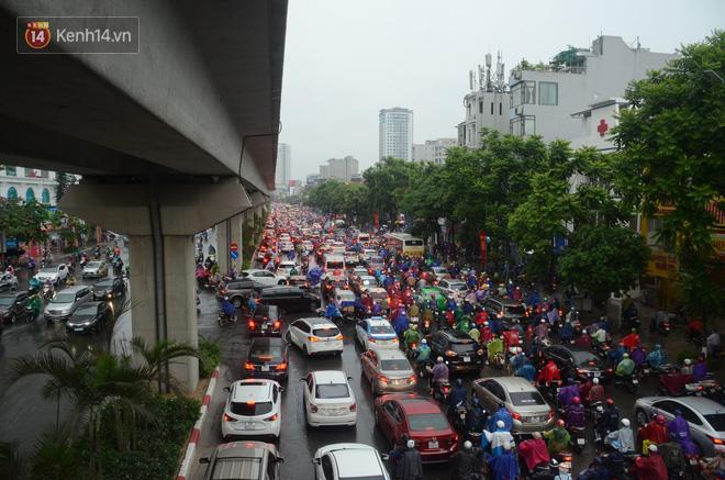 Ảnh: Hà Nội đón mưa vàng giải nhiệt sau đợt nắng nóng kinh hoàng, nhiều tuyến đường ùn tắc giờ cao điểm - ảnh 8