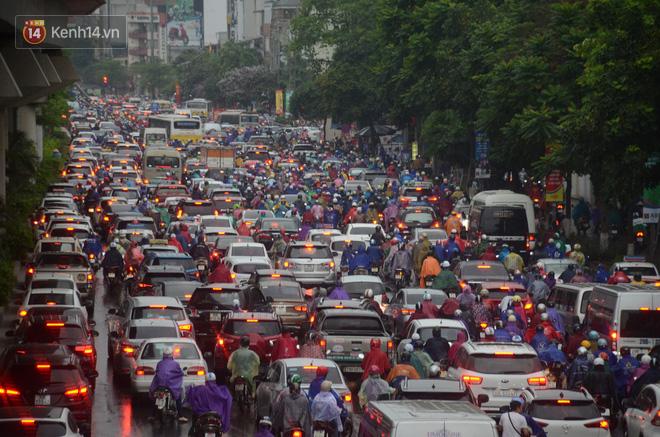 Ảnh: Hà Nội đón mưa vàng giải nhiệt sau đợt nắng nóng kinh hoàng, nhiều tuyến đường ùn tắc giờ cao điểm - ảnh 7