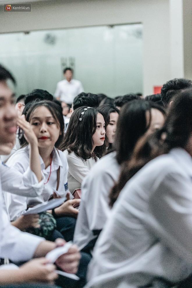 Mặc áo dài trắng đội mưa dự lễ bế giảng, dàn nữ sinh ngôi trường này gây thương nhớ vì quá xinh xắn - ảnh 13