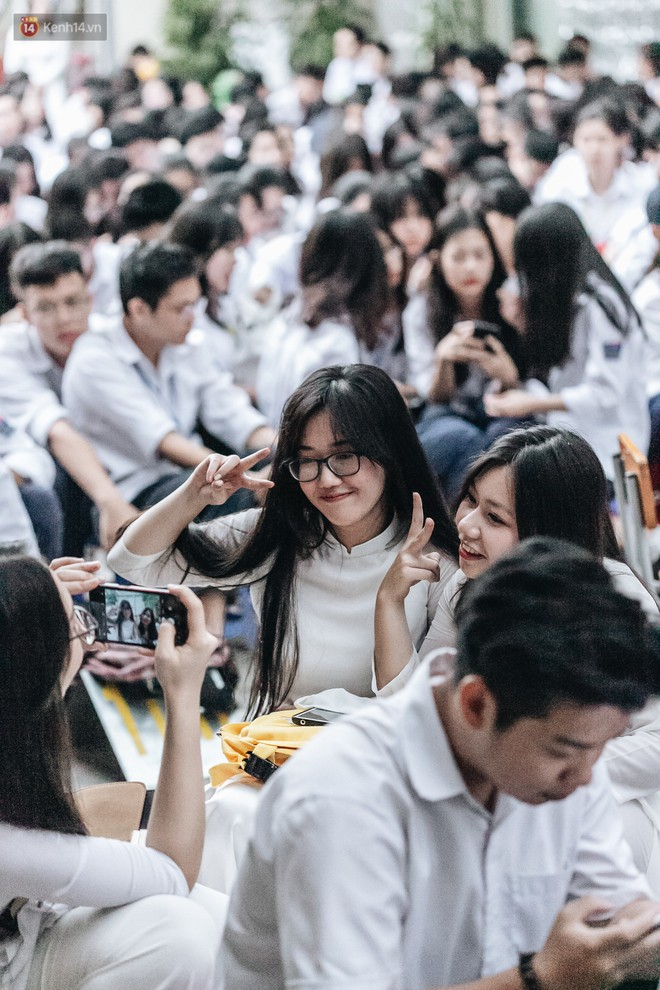 Mặc áo dài trắng đội mưa dự lễ bế giảng, dàn nữ sinh ngôi trường này gây thương nhớ vì quá xinh xắn - ảnh 14