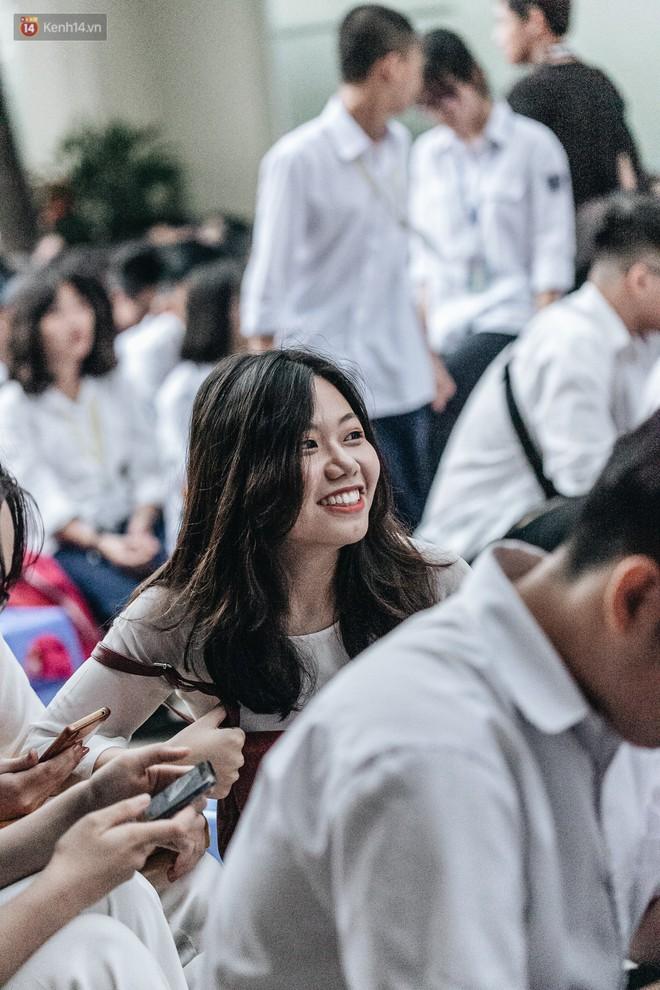 Mặc áo dài trắng đội mưa dự lễ bế giảng, dàn nữ sinh ngôi trường này gây thương nhớ vì quá xinh xắn - ảnh 15