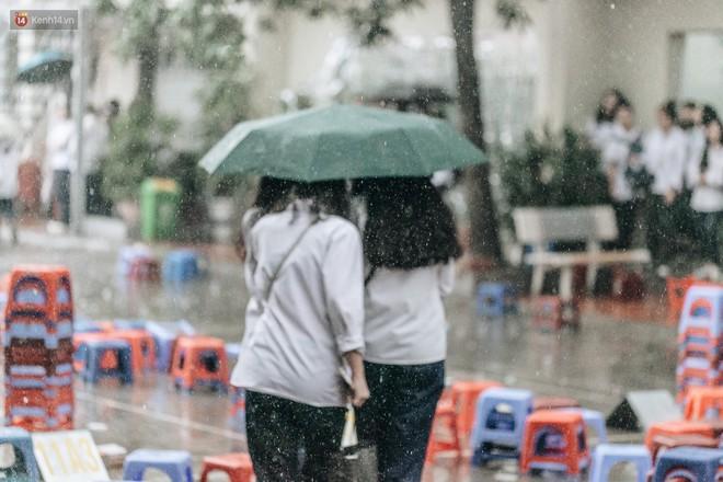 Bức ảnh nam sinh chịu ướt lấy tay che mưa cho bạn gái trong lễ bế giảng khiến dân mạng tan chảy vì quá dễ thương - ảnh 4