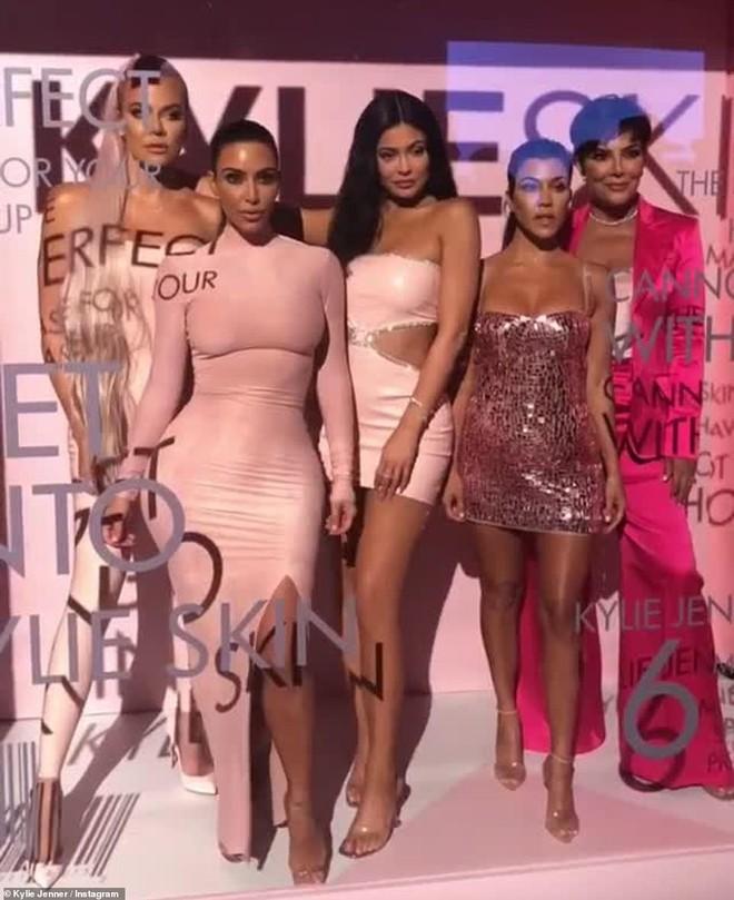 Kylie Jenner mở tiệc hường phấn quy tụ dàn chị em Kardashian quyền lực, thi nhau tận lực khoe boby ngồn ngộn - ảnh 9