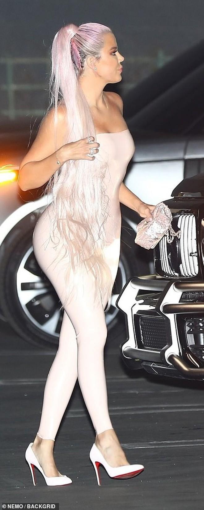 Kylie Jenner mở tiệc hường phấn quy tụ dàn chị em Kardashian quyền lực, thi nhau tận lực khoe boby ngồn ngộn - ảnh 5
