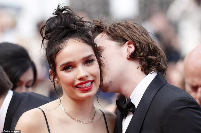 Biểu cảm há hốc miệng, mắt đầy thâm tình của Brooklyn Beckham khi ngắm nhìn bạn gái tại Cannes bất ngờ gây bão - ảnh 2