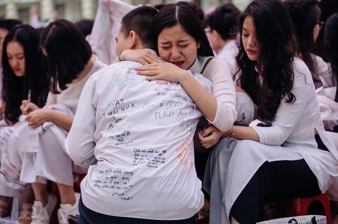 Những khoảnh khắc đẹp nhất mùa bế giảng tại Hà Nội: Dàn nữ sinh khóc lóc bù lu bù loa vẫn giữ được nét xinh xắn đến xao lòng - ảnh 1