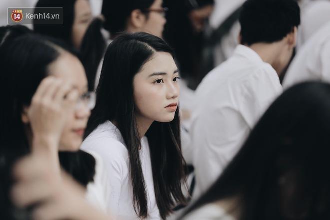 Đặc sản mùa bế giảng: Con gái Hà Nội chỉ cần diện áo dài trắng thôi là xinh hết phần người khác rồi! - Ảnh 2.