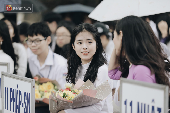 Đặc sản mùa bế giảng: Con gái Hà Nội chỉ cần diện áo dài trắng thôi là xinh hết phần người khác rồi! - Ảnh 21.