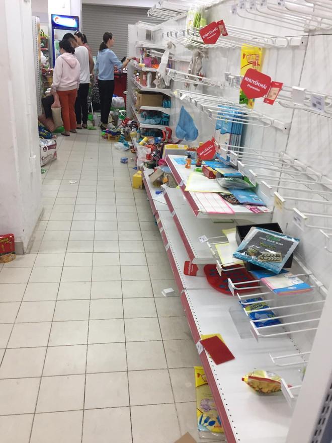 Sốc với cảnh tượng còn sót lại sau khi người dân săn đồ giảm giá 50% nhân dịp chuỗi siêu thị Auchan của Pháp rời khỏi Việt Nam - ảnh 5