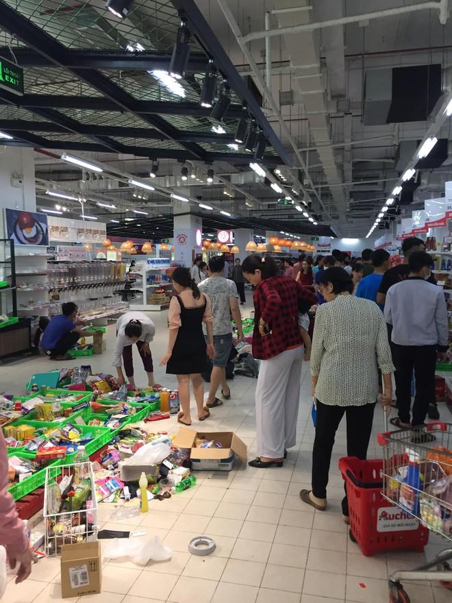 Sốc với cảnh tượng còn sót lại sau khi người dân săn đồ giảm giá 50% nhân dịp chuỗi siêu thị Auchan của Pháp rời khỏi Việt Nam - ảnh 4