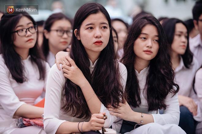 Những khoảnh khắc đẹp nhất mùa bế giảng tại Hà Nội: Dàn nữ sinh khóc lóc bù lu bù loa vẫn giữ được nét xinh xắn đến xao lòng - ảnh 7