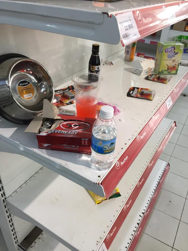 Sốc với cảnh tượng còn sót lại sau khi người dân săn đồ giảm giá 50% nhân dịp chuỗi siêu thị Auchan của Pháp rời khỏi Việt Nam - ảnh 3