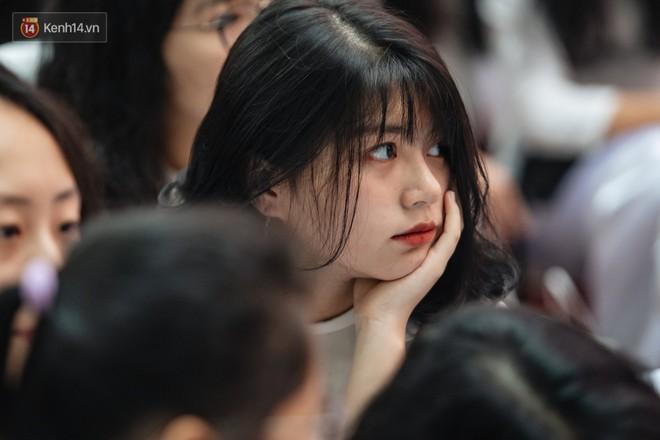 Những khoảnh khắc đẹp nhất mùa bế giảng tại Hà Nội: Dàn nữ sinh khóc lóc bù lu bù loa vẫn giữ được nét xinh xắn đến xao lòng - ảnh 5